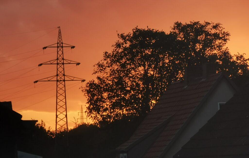 Strommast in der Sonne